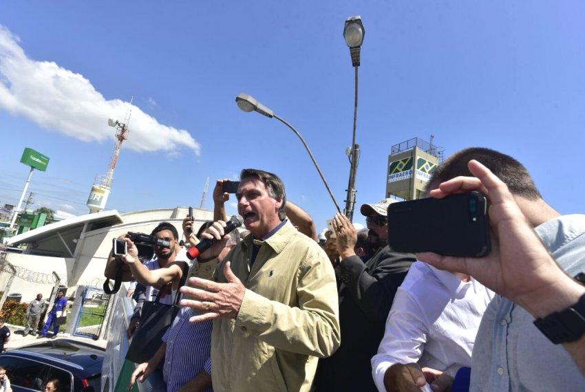 Bolsonaro é cercado por apoiadores pelas ruas de Vitória